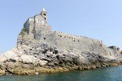 Stary kościół na skalistym nabrzeżnym wychodzie przy Portovenere Obraz Royalty Free