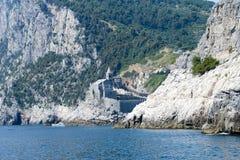 Stary kościół na skalistym nabrzeżnym wychodzie przy Portovenere Zdjęcia Royalty Free