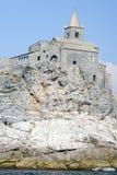 Stary kościół na skalistym nabrzeżnym wychodzie przy Portovenere Fotografia Royalty Free