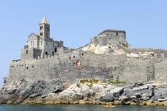 Stary kościół na skalistym nabrzeżnym wychodzie przy Portovenere Obraz Stock