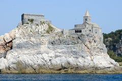 Stary kościół na skalistym nabrzeżnym wychodzie przy Portovenere Fotografia Stock