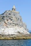 Stary kościół na skalistym nabrzeżnym wychodzie przy Portovenere Zdjęcia Stock