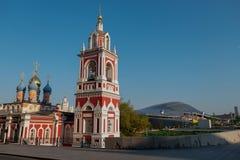 Stary kościół na tle nowożytni budynki fotografia royalty free