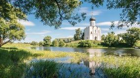 Stary kościół odbijający w jeziorze Zdjęcie Royalty Free
