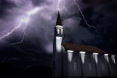 Stary kościół przy nocą podczas burzy, thunderbold ciupnięcia wierza Zdjęcie Royalty Free