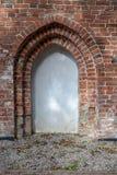 Stary kościół w Środkowym Europa Religijny budynek czerwony bri zdjęcia royalty free