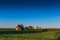 Stary kościół w lata polu Dobronice u Bechyne fotografia stock