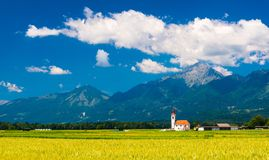 Stary kościół w polu Malowniczy krajobraz z górami Zdjęcie Stock