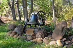Stary kościelny dzwon znajduje dom w dziadunia ogródzie Obraz Royalty Free