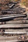 Stary kolei, linii kolejowej, linii kolejowej, porzucającego, niszczącego i przerastającego drewno, Obrazy Stock