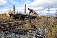 Stary kolejowy ślad kłaść maszyna stojaki na zaniechanej starej linii kolejowej zdjęcia royalty free