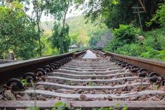 Stary kolejowy ślad na zielonym góra krajobrazu tle Zdjęcia Royalty Free
