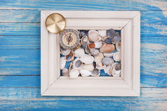 Stary kompas w fotografii ramie na błękitnym tle Fotografia Stock