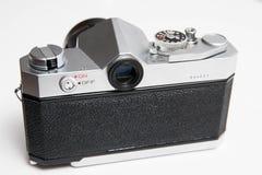 Stary Konica 35 mm kamera odizolowywająca na bielu zakończeniu up obraz stock