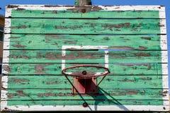 Stary koszykówka obręcz na zielonej osłonie Zdjęcia Stock