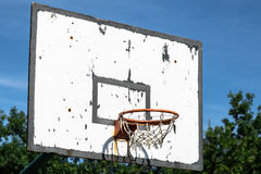 Stary koszykówka obręcz pod niebieskim niebem obraz stock