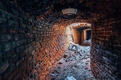 Stary kręcenia metro rujnował czerwonej cegły dziejowego przesklepionego tunel fotografia royalty free