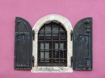 Stary kratownicy okno obrazy stock