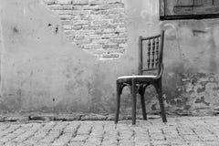 Stary krzesło w ścianie z powrotem mlejącej Obraz Royalty Free