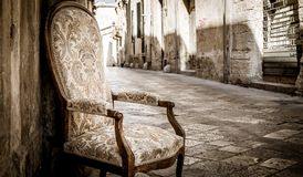 Stary krzesło w tradycyjnej ulicie Lecka, Włochy Zdjęcie Royalty Free