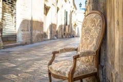 Stary krzesło w tradycyjnej ulicie Lecka, Włochy Zdjęcia Royalty Free