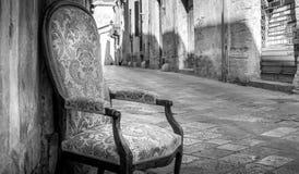 Stary krzesło w tradycyjnej ulicie Lecka, Włochy Zdjęcie Stock