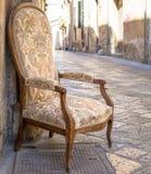 Stary krzesło w tradycyjnej ulicie Lecka, Włochy Fotografia Stock