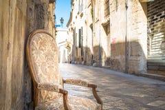 Stary krzesło w tradycyjnej ulicie Lecka, Włochy Zdjęcia Stock