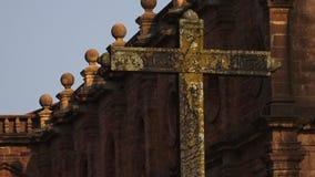 Stary krzyż stoi wysokiego przed kościół w India zbiory wideo