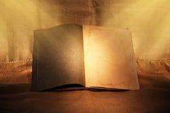 stary książki nastrojowy światło zdjęcia royalty free