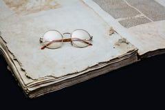 Stary książkowej pokrywy rocznika czarnego tła manuskryptu papieru oprawy tekstura odizolowywający antyczny charłacki religijny d fotografia royalty free