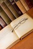 stary książkowy eyeglass obrazy royalty free