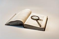 stary książkowy magnifier Obraz Stock