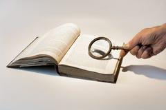 stary książkowy magnifier Zdjęcie Royalty Free