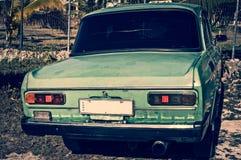 Stary Kubański samochód używać jako taxi przy Karaiby plażą fotografia royalty free