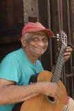 Stary kubański mężczyzna bawić się gitarę Hawańską Zdjęcie Stock