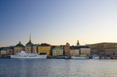 Stary kwartalny Gamla Stan z tradycyjnymi budynkami, Sztokholm, Sw obraz stock
