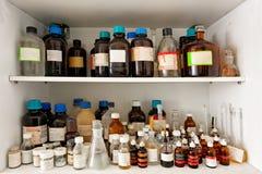 Stary laboratorium z mnóstwo butelkami obraz stock