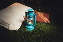 Stary lampionu, poduszki i koc lying on the beach na trawie przy nocą, Zdjęcia Royalty Free