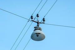 Stary latarni ulicznej obwieszenie na drutach Zdjęcia Royalty Free