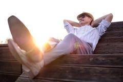 Stary latynoski mężczyzna siedzi na ławce, ono uśmiecha się, cieszy się lato słonecznego dzień zdjęcia royalty free