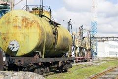 Stary linia kolejowa zbiornik Podsadzkowy kompleks Bezprawna ekstrakcja olej fotografia royalty free
