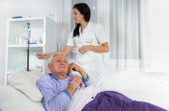 Stary mężczyzna otrzymywa infuzję Zdjęcia Stock