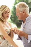Stary mężczyzna Proponuje Młoda kobieta zdjęcie royalty free