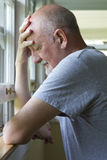 Stary mężczyzna wyraża ból lub depresję Zdjęcia Stock