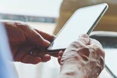 Stary mężczyzna z smartphone Obrazy Stock