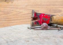 Stary młot i gwoździe na drewnie Zdjęcie Royalty Free