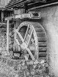 Stary młyński wodny koło bez wody, czarny i biały wizerunek Zdjęcie Stock