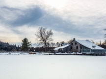 Stary młyn przy tamą w zimie Fotografia Royalty Free