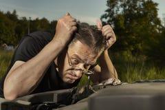 Stary m??czyzna samotnie na trasie sprawdza niefunkcjonalnego silnika w p??nego lata ?wietle fotografia royalty free